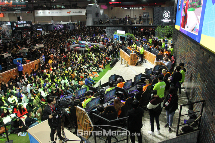 포트나이트 팬들로 통로까지 꽉꽉 관객들로 들어찾다 (사진: 게임메카 촬영)