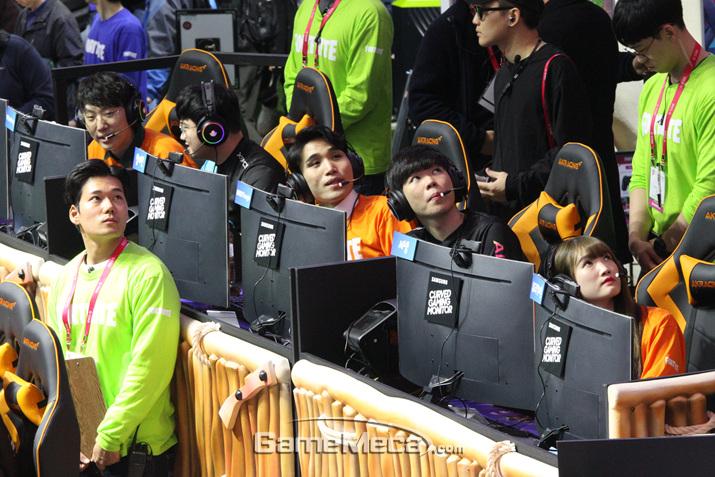 1라운드가 끝난 이후 점수를 확인하고 있는 선수들 (사진: 게임메카 촬영)