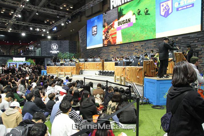 '포트나이트' 스트리머 브라더스 대난투를 보기 위해 모인 인파였다 (사진: 게임메카 촬영)
