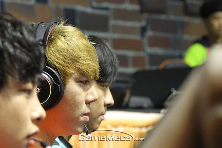 프로게이머 출신 스트리머 이태준도 경기에 집중하고 있다 (사진: 게임메카 촬영)