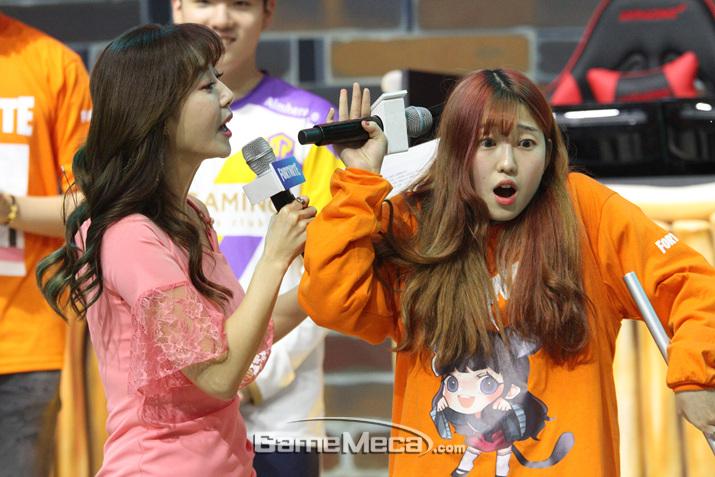 2등을 차지하고 기쁨을 표현하고 있는 박잔디 (사진: 게임메카 촬영)