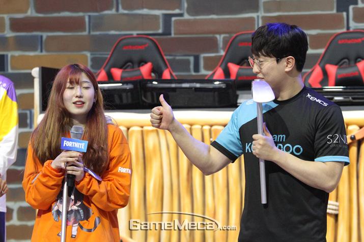 '갓파' 정재근이 박잔디의 실력을 인정하며 엄지를 들어보이고 있다 (사진: 게임메카 촬영)