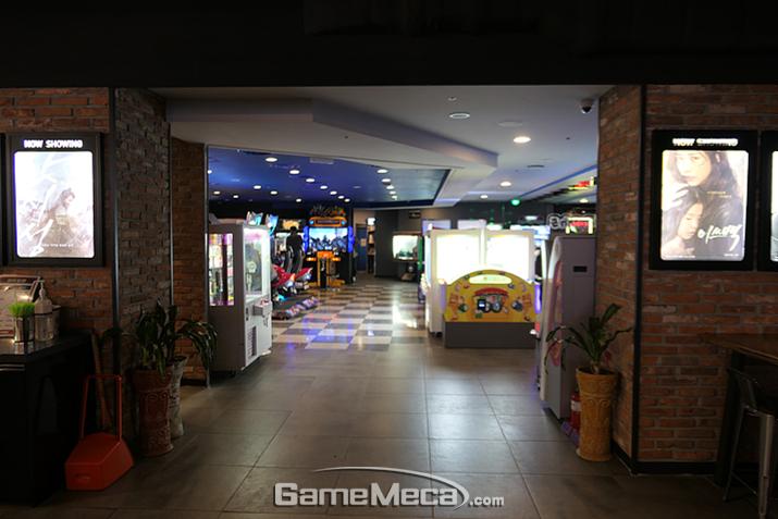 이 극장 안에 게임센터가?