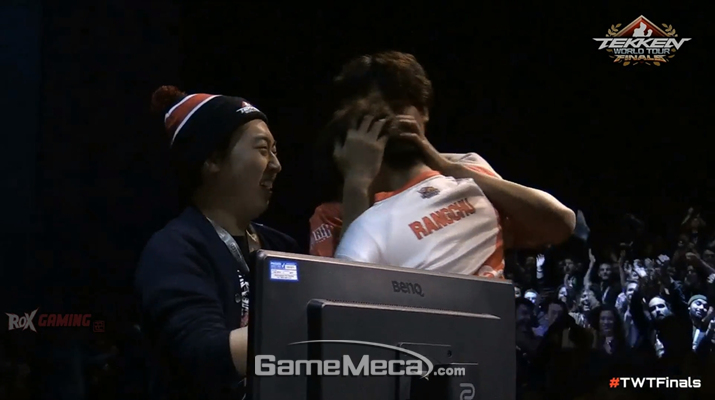 '랑추'가 우승이 확정된 직후 팀원들과 부둥켜 안고 있다 (사진출처: TWTF 2018 트위치 영상 갈무리)