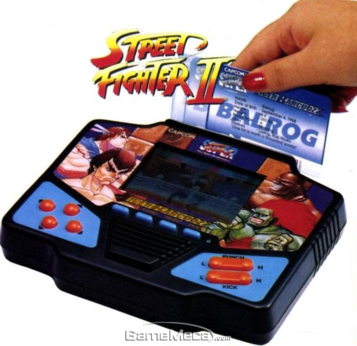 게임기 위에 파인 홈에 카드를 긁으면 각종 버프가! (사진출처: 게임메카 DB)