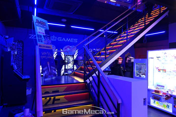실내 계단을 따라 2층으로 올라가볼까요?