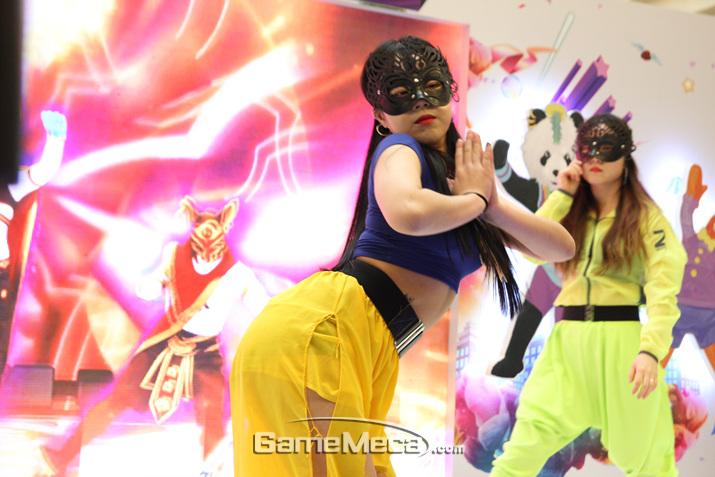 댄스팀의 열정적인 춤사위가 이어지는 가운데 (사진: 게임메카 촬영)