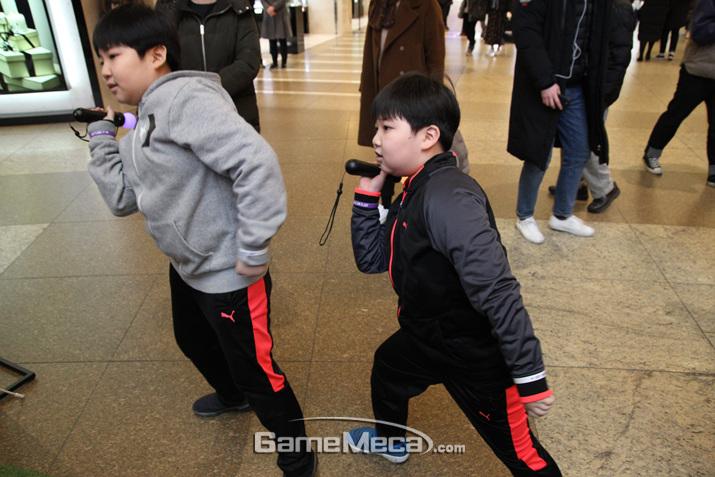 다음 무대를 위해 춤을 연습하고 있는 다른 친구들 (사진: 게임메카 촬영)