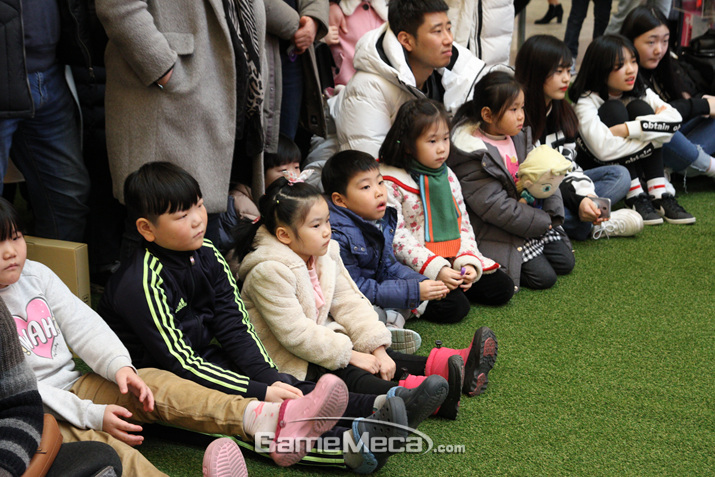 멋진 몸짓에 넋이 나간 아이들 (사진: 게임메카 촬영)