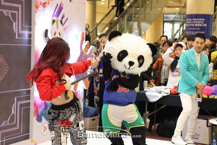 이어서 댄스팀의 축하 공연이 이어졌다 (사진: 게임메카 촬영)