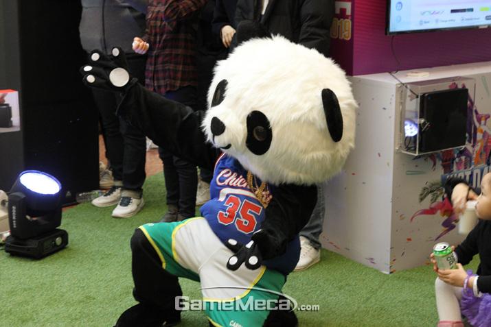 어쩐지 과하게 신난 팬더가 시선을 강탈했다 (사진: 게임메카 촬영)