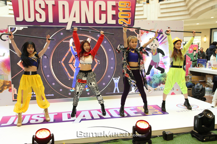 댄스팀의 멋진 안무가 계속되는 가운데 (사진: 게임메카 촬영)