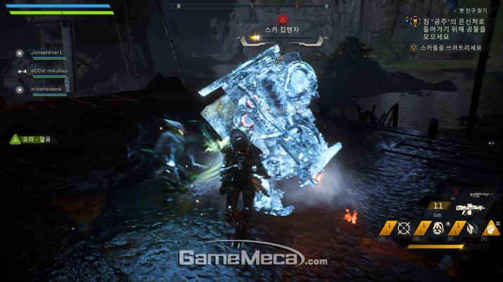 인터셉터가 얼어붙은 적을 공격하면 다른 적에게 얼음 상태를 옮길 수 있는 콤보 공격이 발동한다 (사진: 게임메카 촬영)