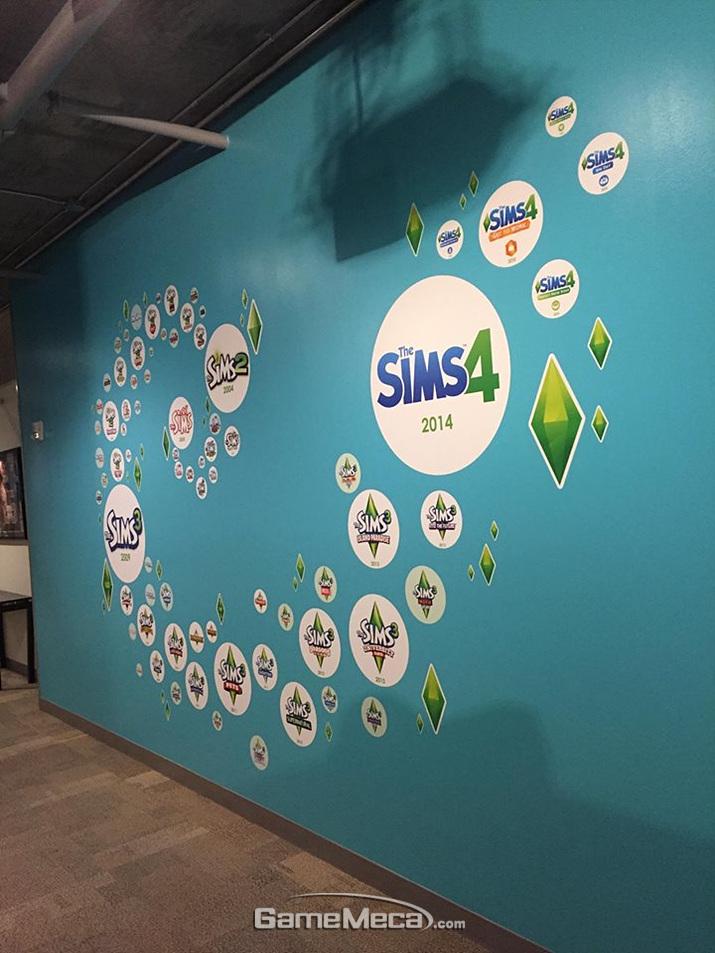 '심즈' 시리즈를 만든 수많은 확장팩들 (사진출처: 게임 공식 SNS)