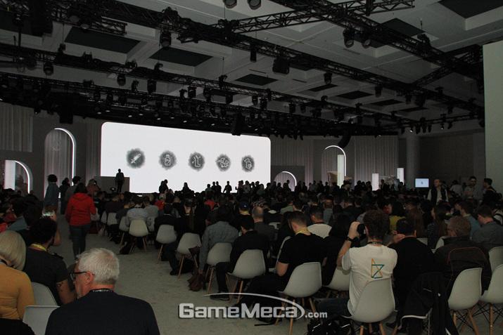구글 키노트를 보기 위해 회장에 모인 관객들을 보라 (사진: 게임메카 촬영)