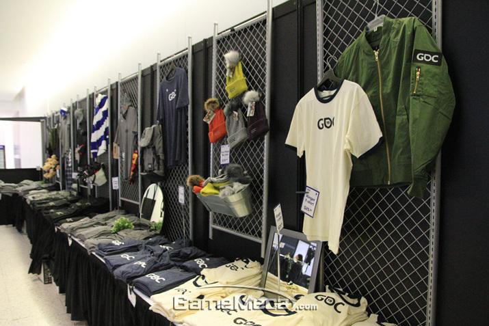 티셔츠와 비니, 캡 등 다양한 의류 아이템이 있다 (사진: 게임메카 촬영)