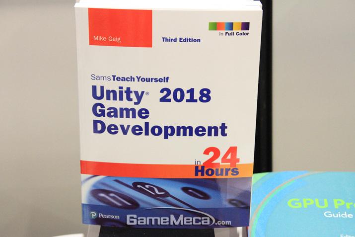 유니티를 공부하고 싶다면 이 책을 공부해보자 (사진: 게임메카 촬영)