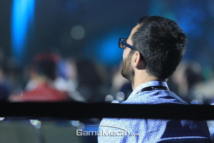 믿기지 않겠지만 사회자의 개그에 웃고 있는 청중이다 (사진: 게임메카 촬영)