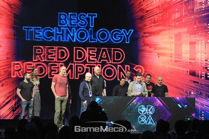 베스트 테크놀러지 상을 수상하기 위해 올라온 락스타의 직원들 (사진: 게임메카 촬영)