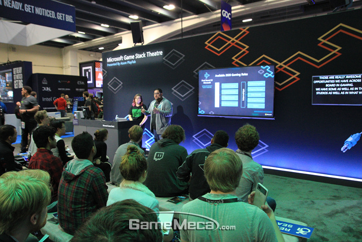 GDC 답게 간이 무대에서 강연아닌 강연을 하기도 한다 (사진: 게임메카 촬영)