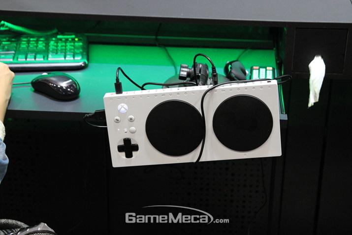 어댑티브 컨트롤러를 만져볼 수 있다 (사진: 게임메카 촬영)