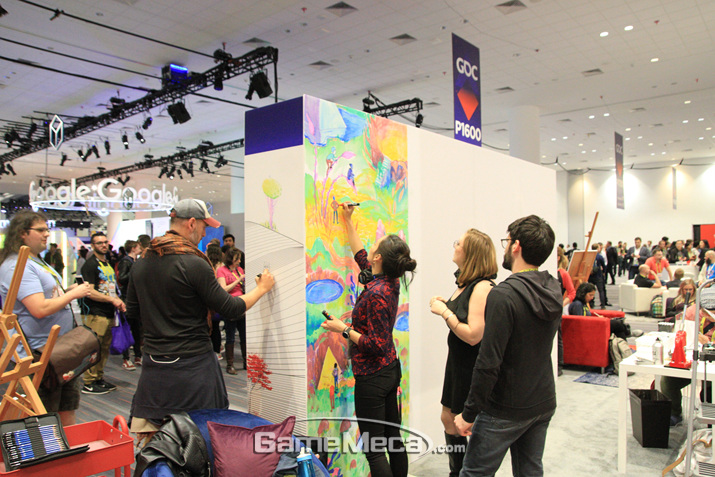행사장 중간에는 이렇게 그림을 그릴 수 있는 벽도 설치돼 있다 (사진: 게임메카 촬영)