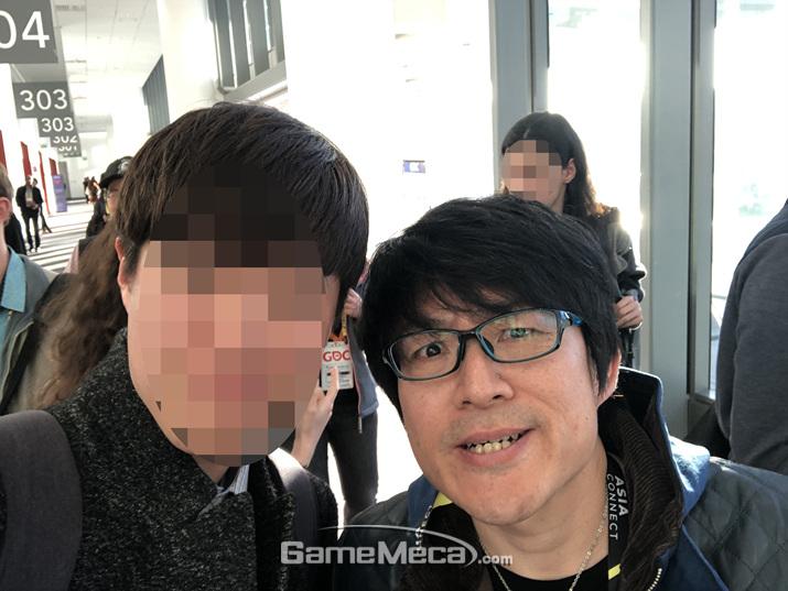 이날 히데아키 이츠노는 카메라만 들었다 하면 이 표정으로 일관했다 (사진: 게임메카 촬영)