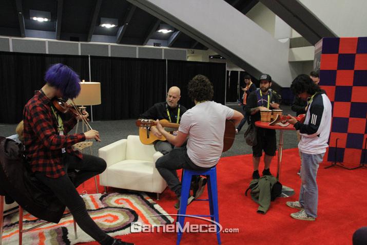 행사장 중간에 악기를 연주하라고 만들어 놓은 공간도 있다 (사진: 게임메카 촬영)