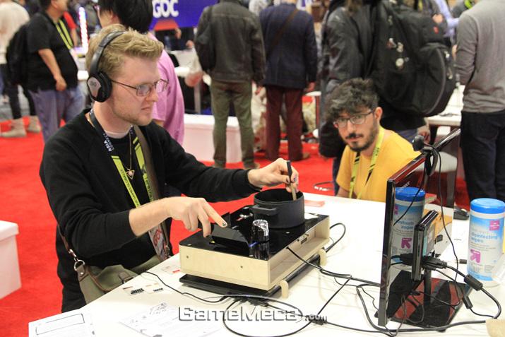 기묘한 컨트롤러를 소개하는 'Alt, Ctrl GDC'도 개발자를 위한 콘텐츠라고 볼 수 있다 (사진: 게임메카 촬영)