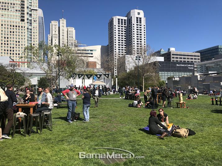 이렇게 생긴 공원이 바로 옆에 있는데 (사진: 게임메카 촬영)