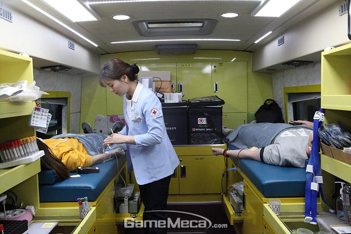 NHN 임직원들이 '리틀액션' 헌혈 캠페인에 참여하고 있다 (사진제공: NHN)