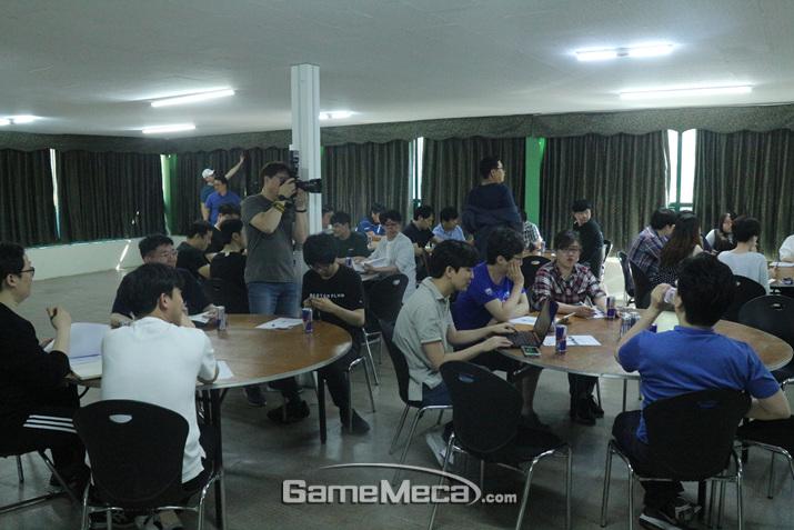 강연을 듣는 기자들 (사진: 게임메카 촬영)