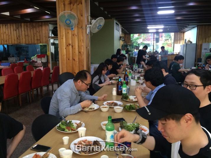 즐거운 저녁식사가 시작됐다 (사진: 게임메카 촬영)