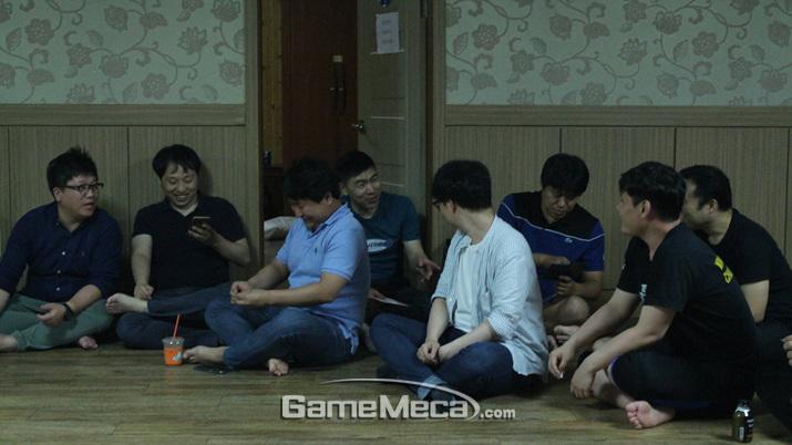 이후 삼삼오오 모인 기자들 (사진: 게임메카 촬영)