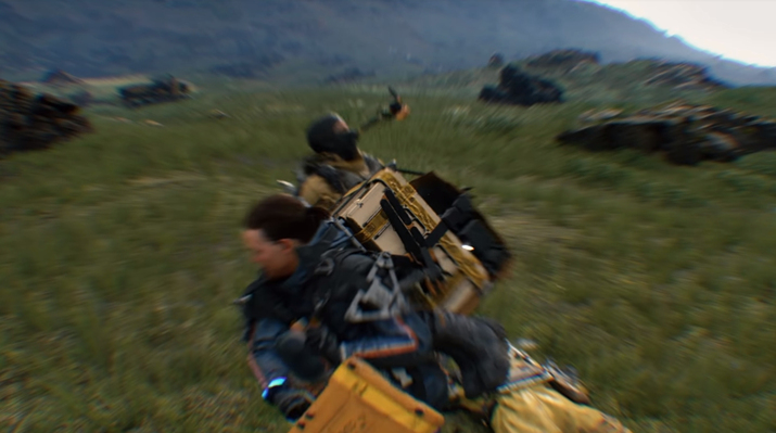 적의 가방을 뺏어서 싸우는 것도 가능하다 (사진출처: 게임 공식 트레일러 갈무리)