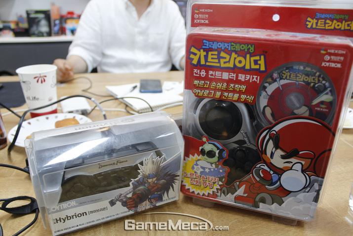 당시 국내 PC 온라인게임 업계에 열풍을 불러일으킨 '던파'와 '카트' 조이패드 (사진: 게임메카 촬영)