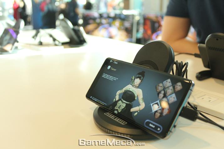 행사장에서 시연된 '검은사막' PS4 버전과 '검은사막 모바일' 글로벌 버전 (사진: 게임메카 촬영)