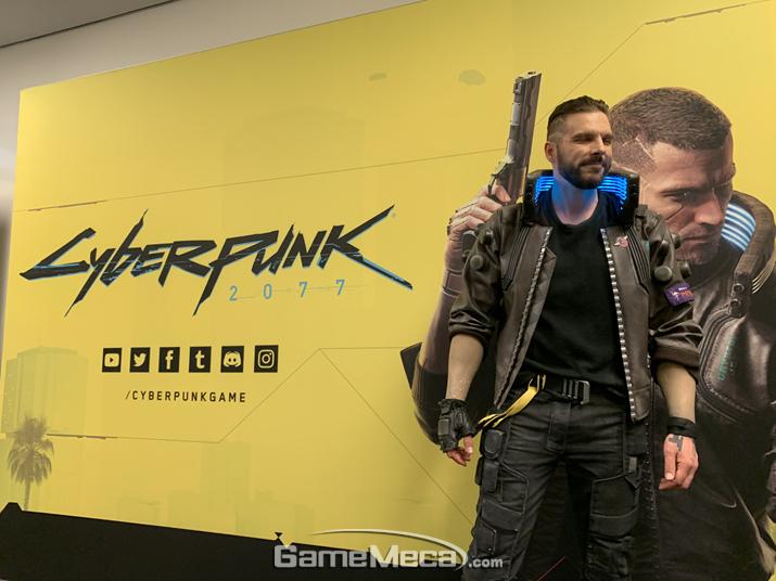 CDPR 선정 '게롤트' 공식 모델이 '사이버펑크 2077'으로 분한 모습 (사진: 게임메카 촬영)