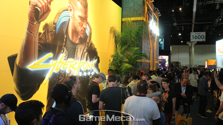 'E3 2019' 첫 날, 개막 직후부터 '사이버펑크 2077' 부스에 사람들이 길게 몰려 있다 (사진: 게임메카 촬영)