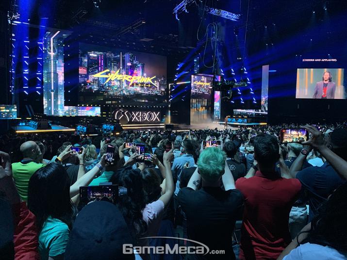 컨퍼런스 현장에 키아누 리브스가 등장하자 행사장에 있던 모두가 기립했다 (사진: 게임메카 촬영)