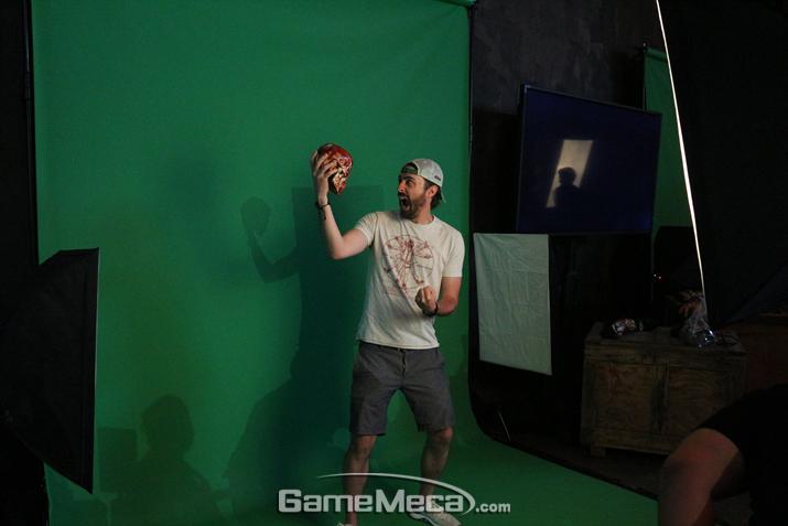 포즈를 잡으면 페이탈리티 화면으로 바꿔 주는 스튜디오도 있다 (사진: 게임메카 촬영)