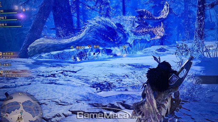 저 멀리 신규 몬스터 '버프바로'와 팀원들이 싸우고 있다 (사진: 게임메카 촬영)