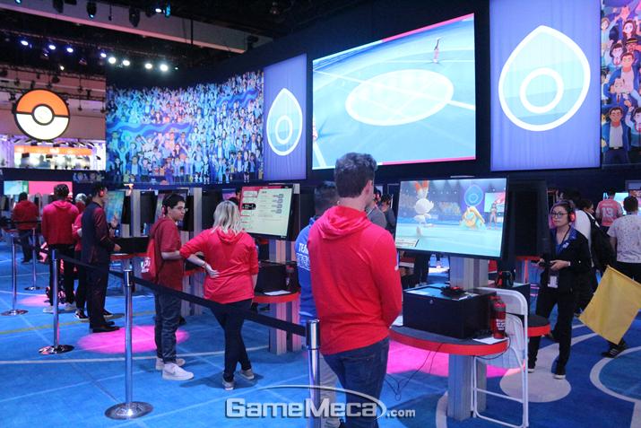 포켓몬 경기장을 연상시키는 부스 구성이 인상적이다 (사진: 게임메카 촬영)