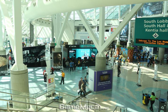 E3 회장 바깥에도 다양한 부스가 설치돼 있다 (사진: 게임메카 촬영)
