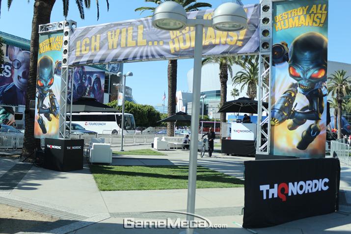 아예 LA 컨벤션센터 바깥으로 나가 보면, 뭔가 야외 부스가 하나 보인다 (사진: 게임메카 촬영)