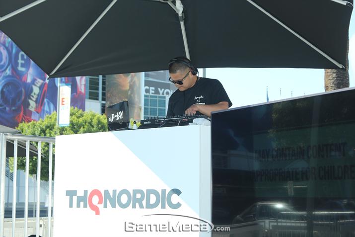 DJ가 열심히 음악을 틀고 있다 (사진: 게임메카 촬영)