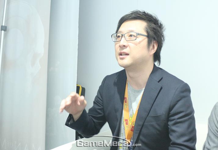 시각적인 즐거움을 위해 원작 재현도에 힘썼다고 말하는 키모토 카즈키 디렉터 (사진: 게임메카 촬영)