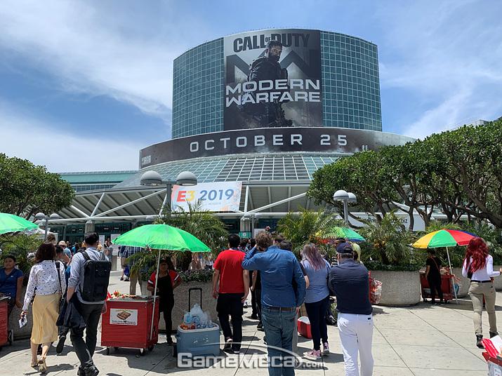 E3 2019가 열린 LA 컨벤션센터 전경입니다. 아래쪽에 뭔가 특이한 게 보이시나요? (사진: 게임메카 촬영)