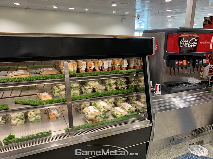 매장 바깥쪽에는 간단히 먹을 수 있는 샐러드나 과일, 샌드위치를 팝니다 (사진: 게임메카 촬영)