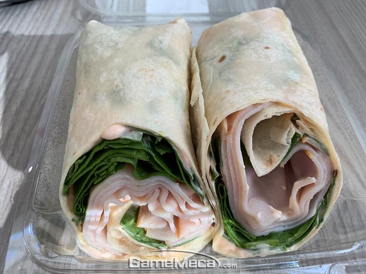 제 선택은 터키 또띠아 롤! 칠면조 햄의 짭짤함과 야채의 아삭함이 어우러져 훌륭한 아침이었습니다 (사진: 게임메카 촬영)